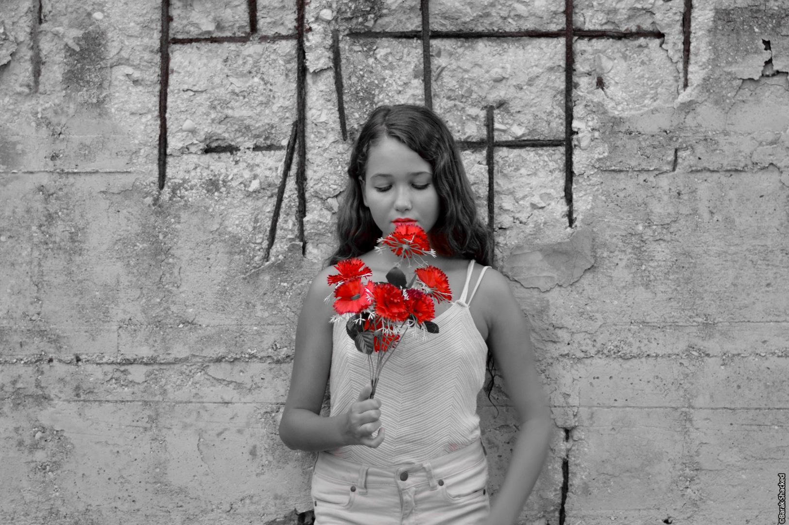 נערה עם פרחים בת מצווה