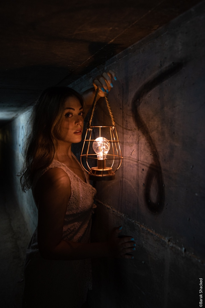 צילום בחורה עם מנורה
