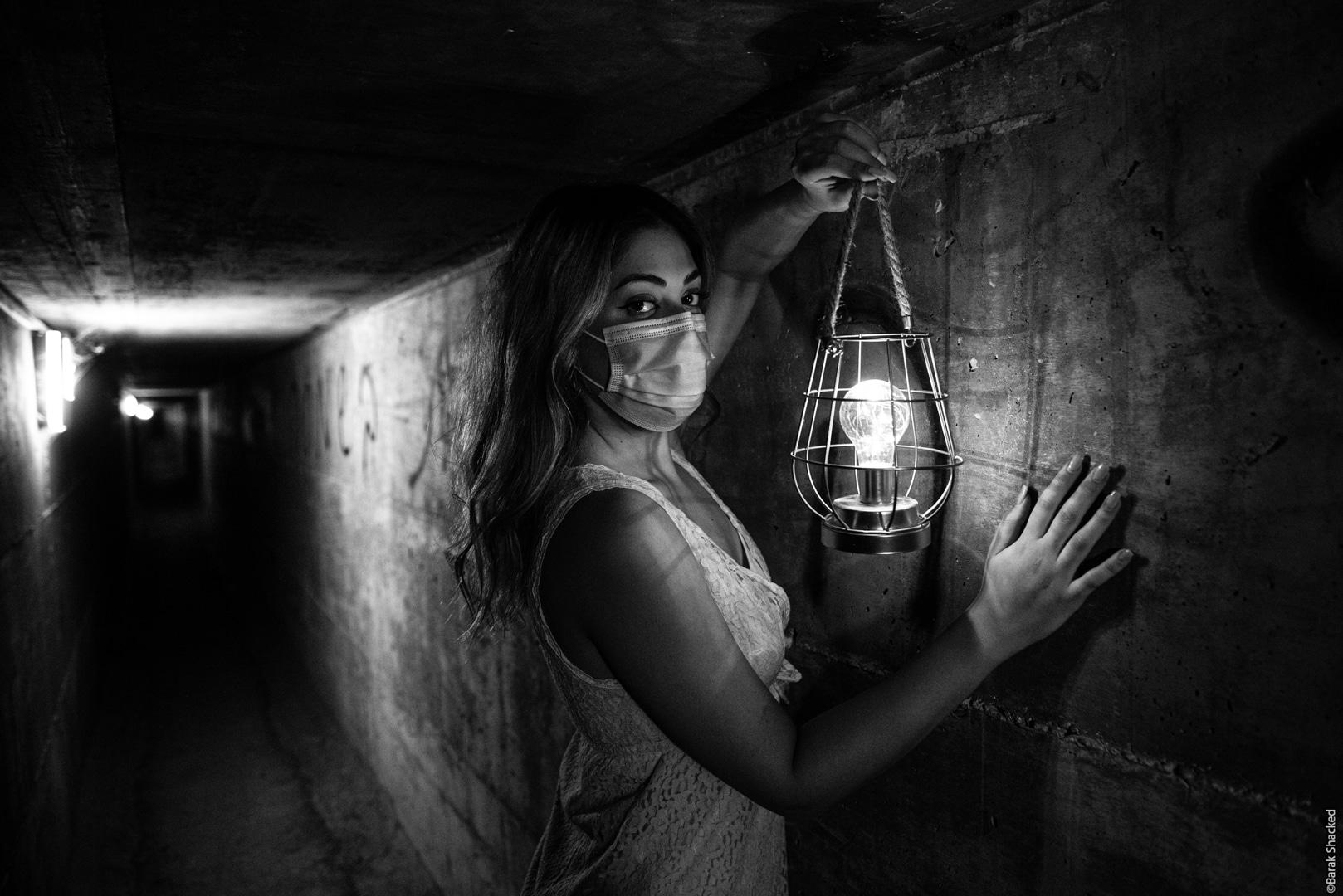בחורה עם מסיכת קורונה במנהרה
