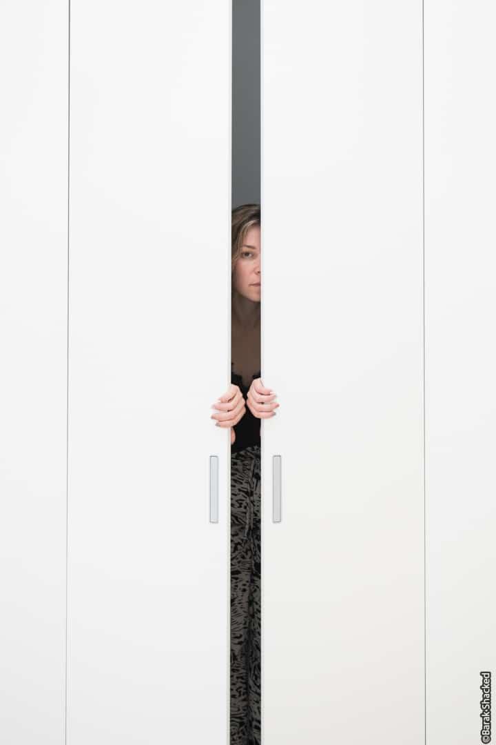 אישה בתוך ארון