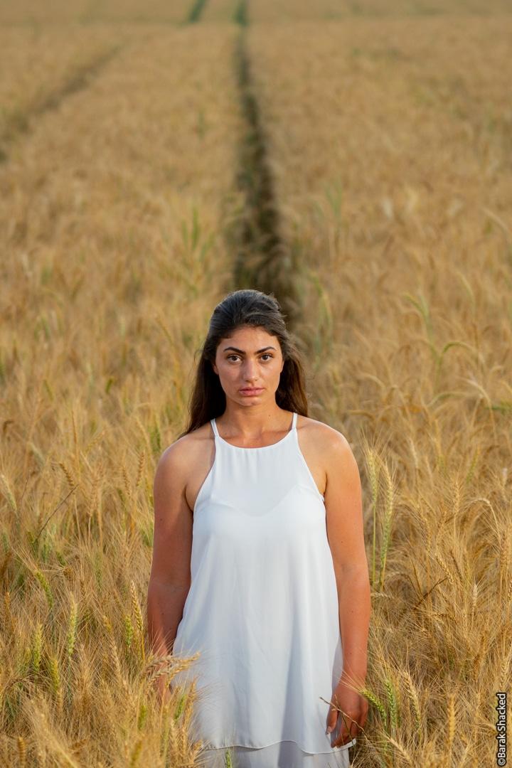 תמונת אישה בשדה חיטה