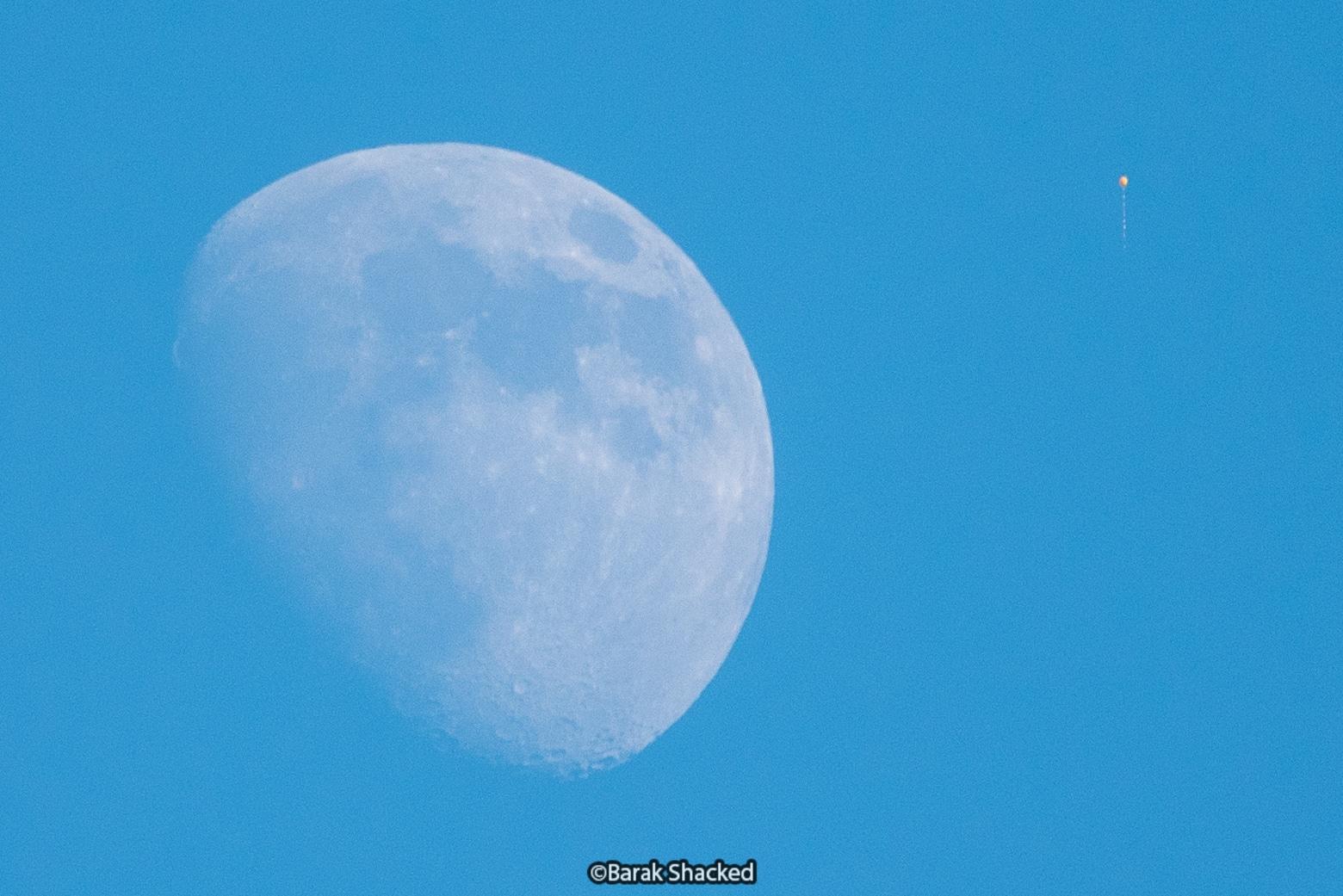 ירח ובלון בשמים כחולים