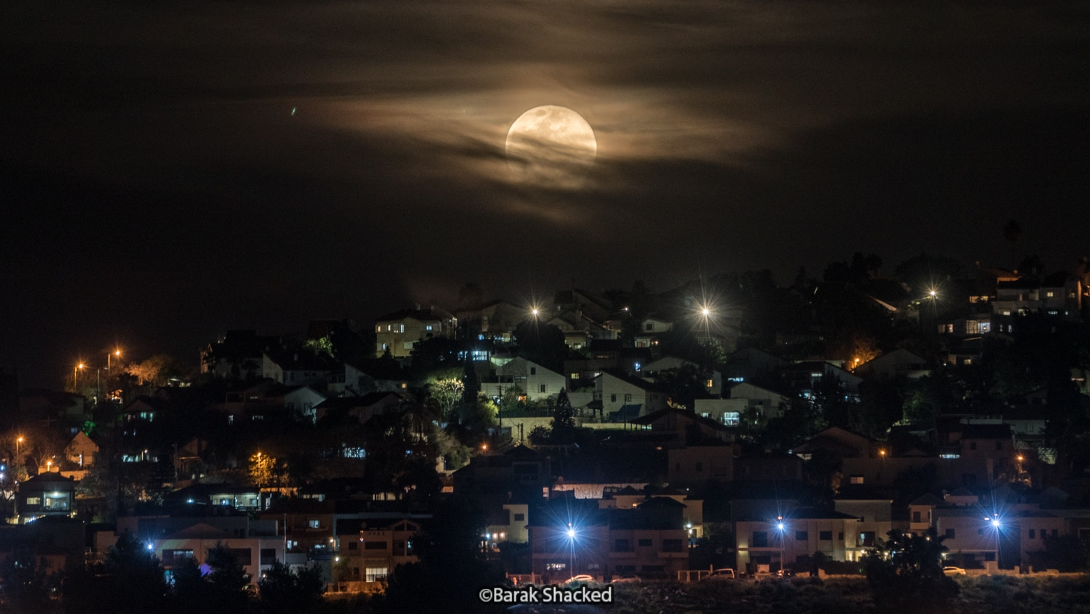 צילום ירח מעל עיר
