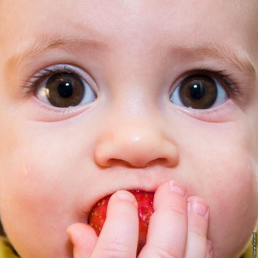תינוקת עם תות