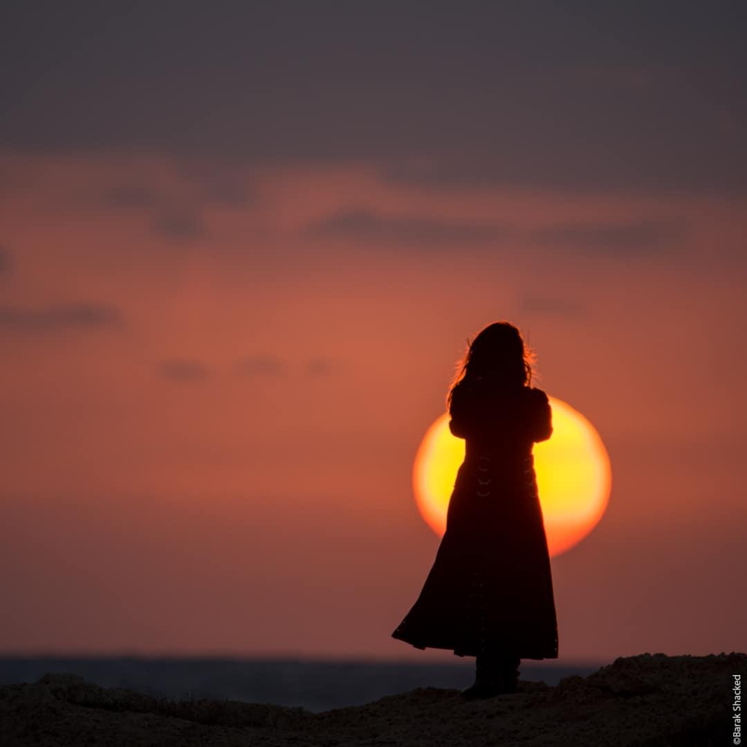 סילואט אישה בשקיעה
