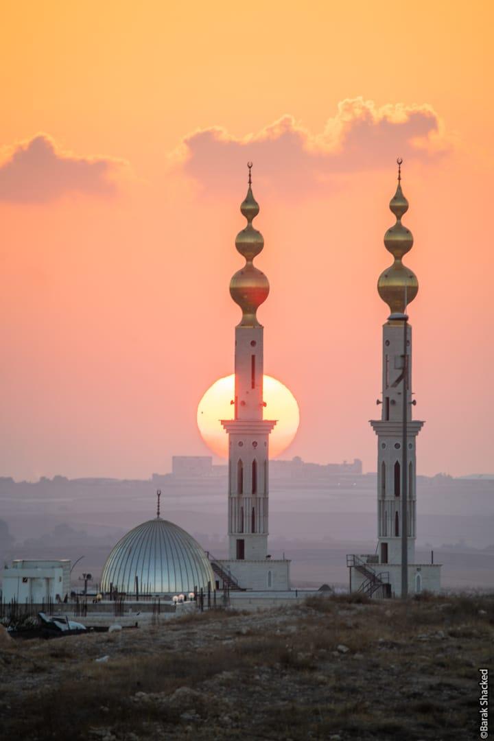 שמש מאחורי מסגד