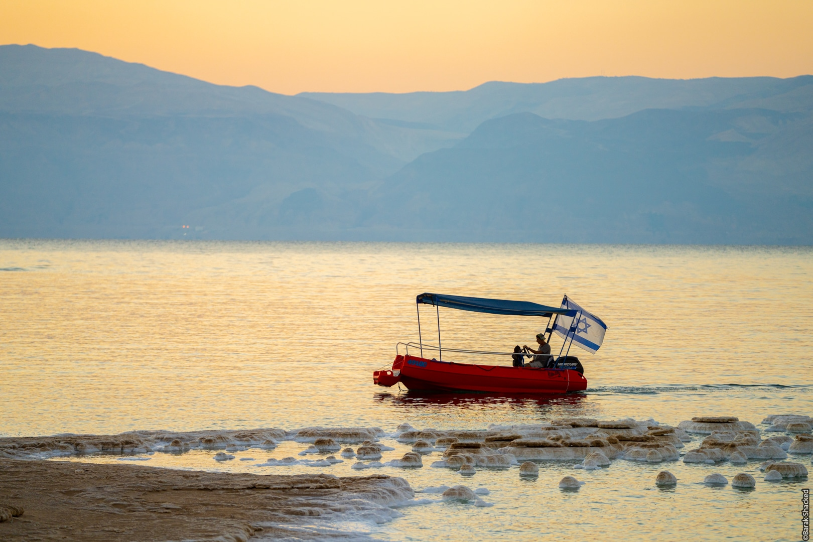 סירה בזריחה בים המלח