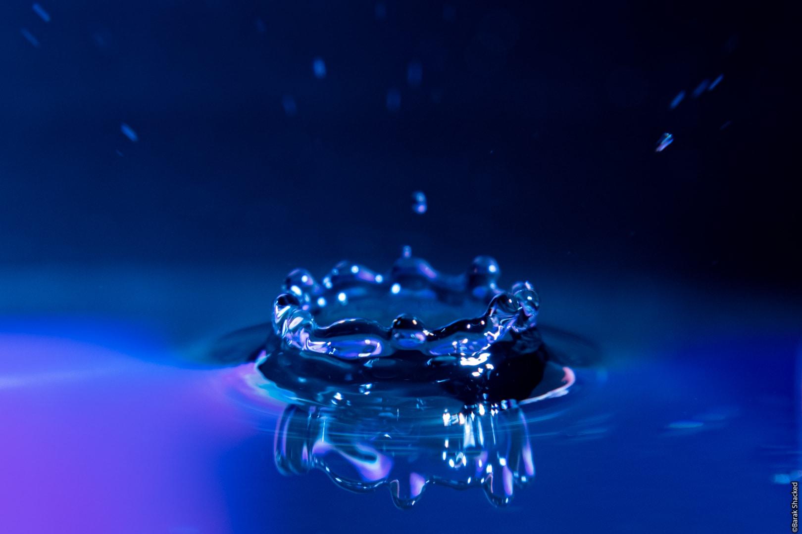 צילום כתר מים בתאורה דרמתית